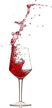 Ein Glas Rotwein beim Einschenken